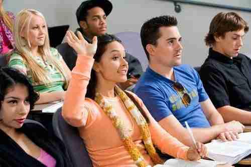 תלמידים לומדים בקורס TOELF