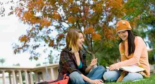 שתי סטודנטיות יושבות על דשא
