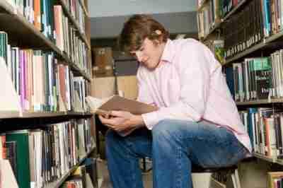 סטודנט קורא בסיפרייה