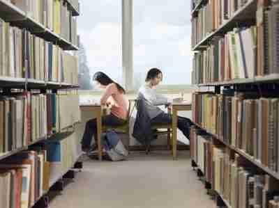 סטודנטים לומדים באוניברסיטה