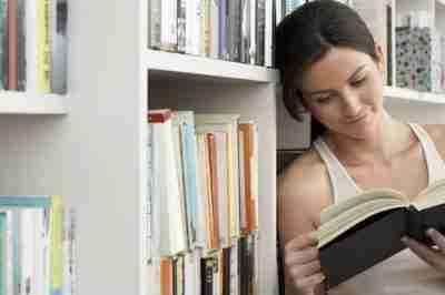סטודנטית בספרייה