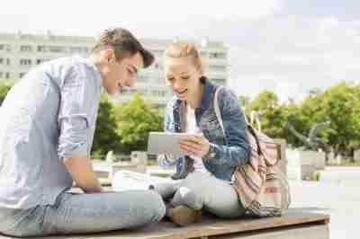 סטודנטית וסטודנט מסתכלים על טאבלט