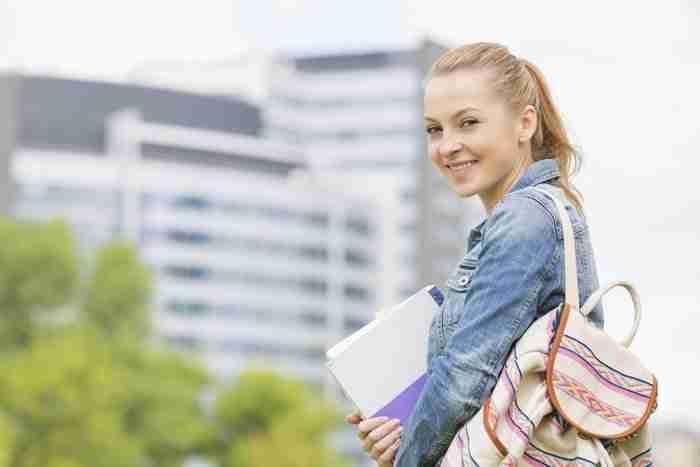 סטודנטית לומדת למבחן אמיר
