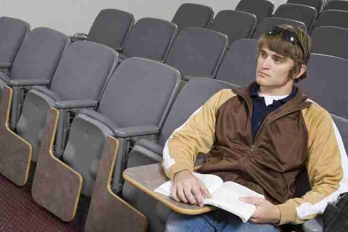 סטודנט בכיתה לומד למבחן ה GMAT
