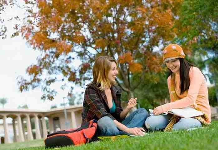 """לימודים בחו""""ל - סטודנטיות על רקע נוף של חו""""ל"""