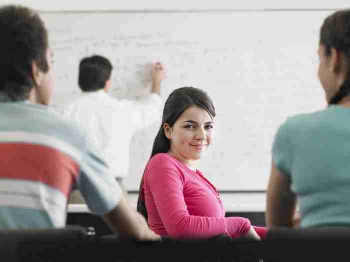 תלמידה מתכוננת למבחן ה GMAT
